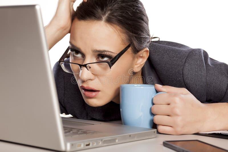 Mujer de negocios cansada imagen de archivo libre de regalías