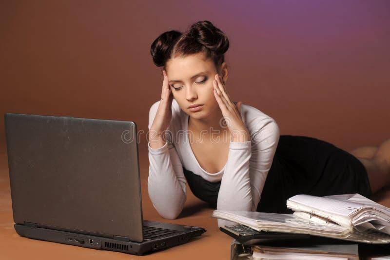 mujer de negocios cansada delante del ordenador portátil fotos de archivo libres de regalías