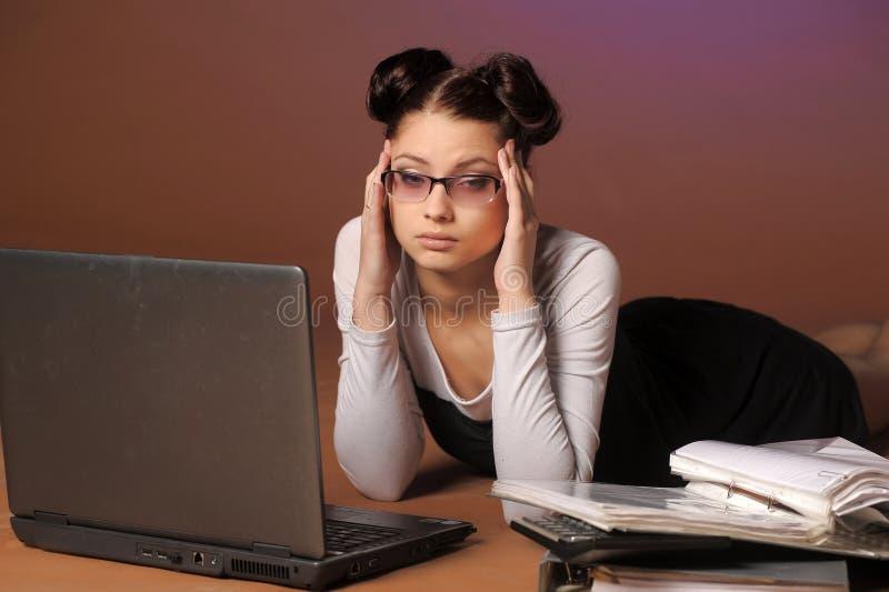 mujer de negocios cansada delante del ordenador portátil imágenes de archivo libres de regalías