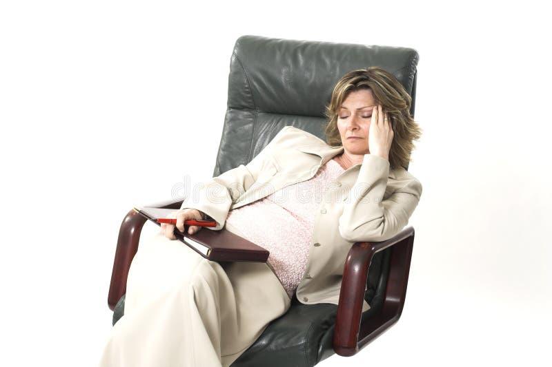 Mujer de negocios cansada en silla imagenes de archivo