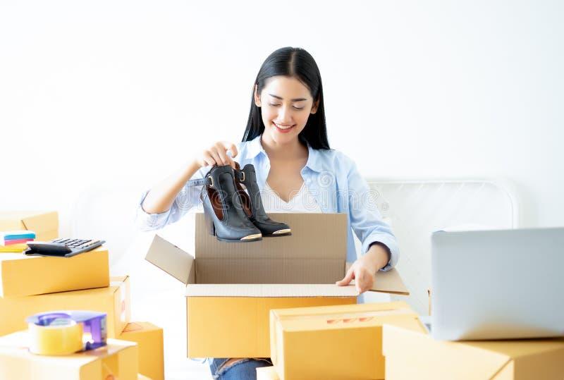 Mujer de negocios casual joven que trabaja el holdin en línea de la pequeña empresa imagen de archivo libre de regalías