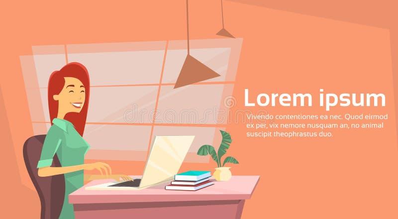 Mujer de negocios casual que se sienta en el escritorio en ordenador portátil de trabajo de la oficina libre illustration