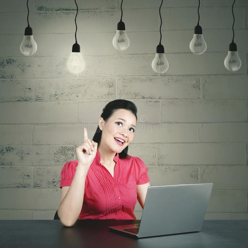 Mujer de negocios caucásica joven que tiene su momento del aha que consigue ideas brillantes imagen de archivo