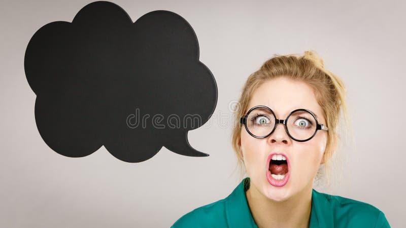 Mujer de negocios chocada con la burbuja de pensamiento imágenes de archivo libres de regalías