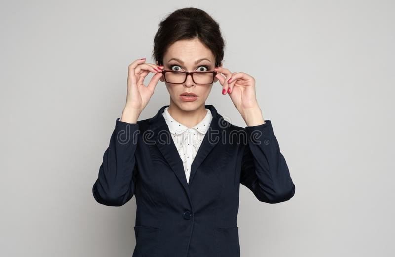 Mujer de negocios chocada que mira fijamente la cámara foto de archivo