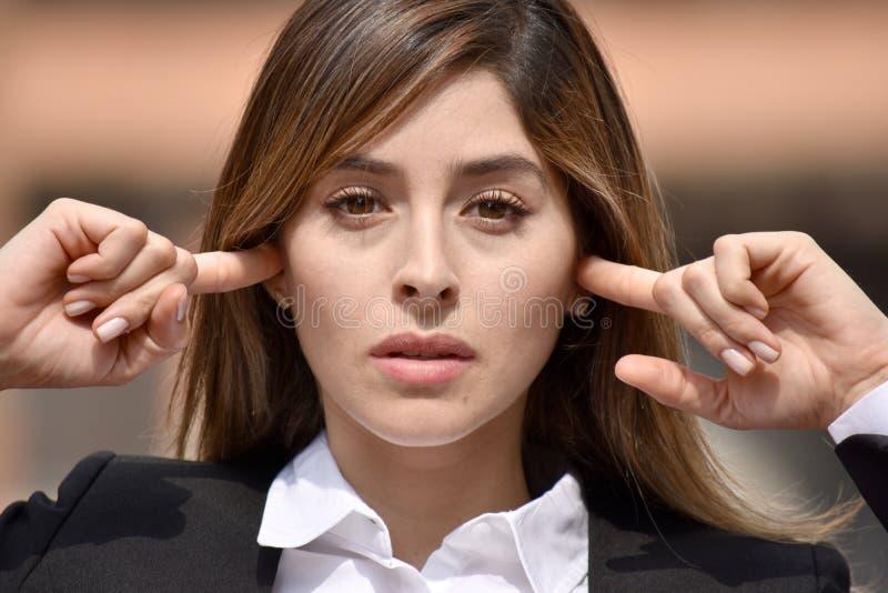 Mujer de negocios colombiana adulta silenciosa imagen de archivo