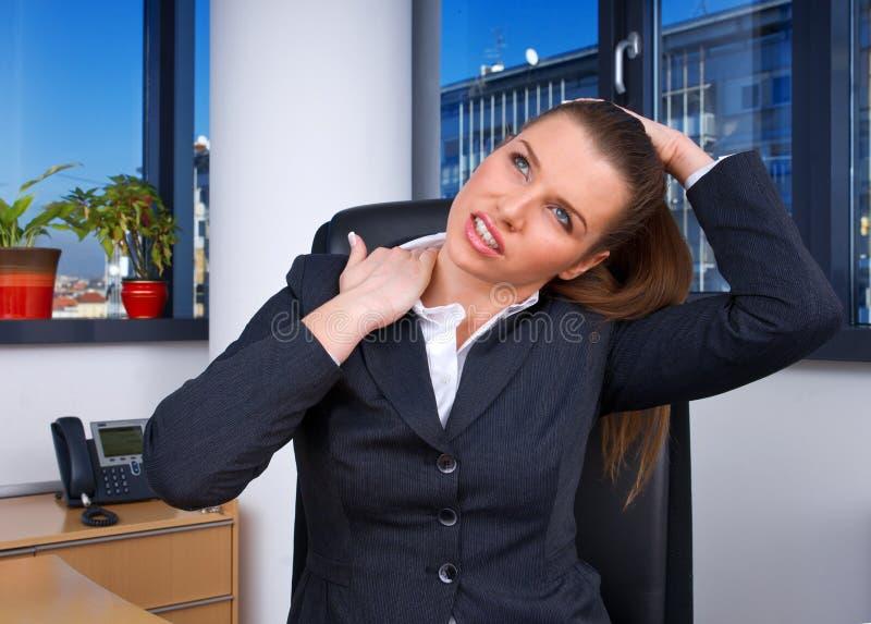 Mujer de negocios con dolor de cuello imagen de archivo
