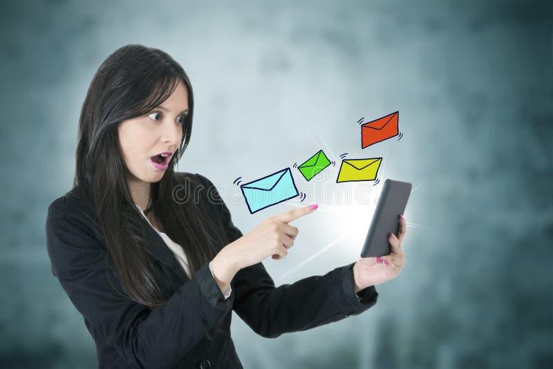 Mujer de negocios con el correo electrónico fotografía de archivo libre de regalías