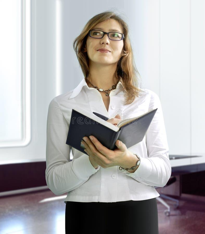 Mujer de negocios con el cuaderno foto de archivo libre de regalías