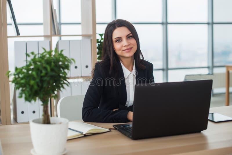 Mujer de negocios con el cuaderno en la oficina, lugar de trabajo fotos de archivo