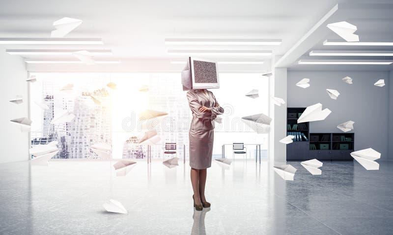 Mujer de negocios con el monitor en vez de la cabeza imagenes de archivo