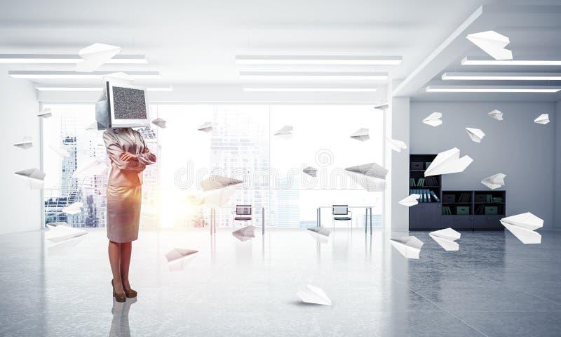 Mujer de negocios con el monitor en vez de la cabeza imagen de archivo libre de regalías