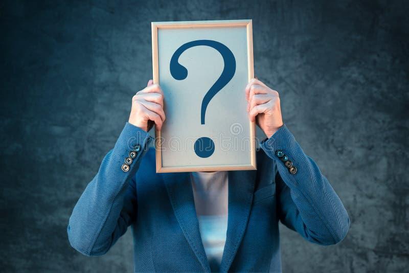 Mujer de negocios con el signo de interrogación que busca respuestas imagen de archivo libre de regalías