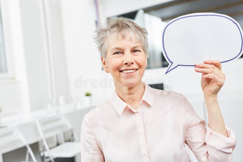Mujer de negocios con la burbuja del discurso imagen de archivo