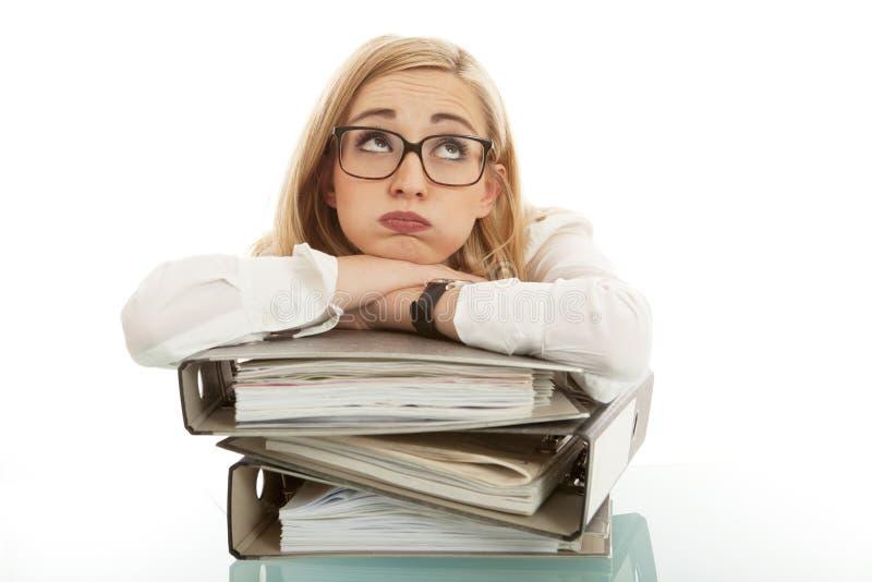 Mujer de negocios con la carpeta en el escritorio fotografía de archivo libre de regalías
