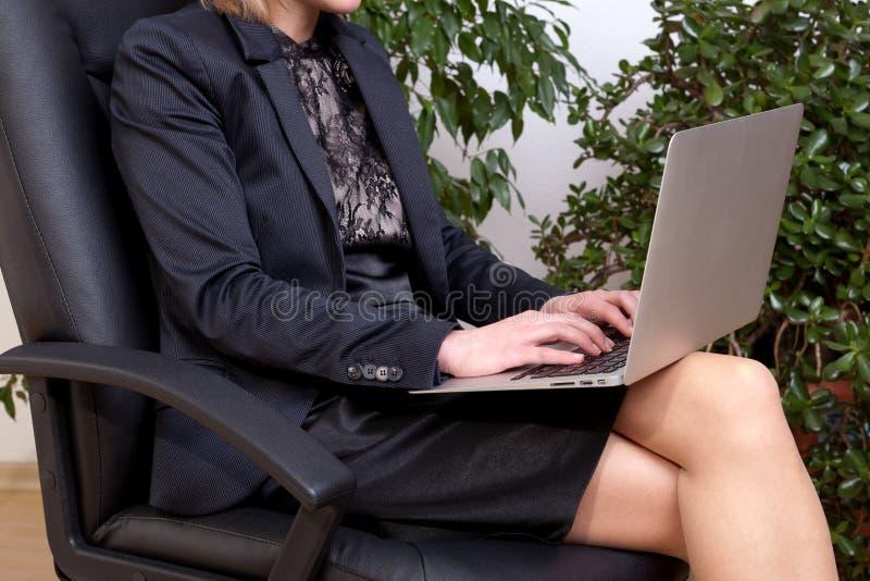Mujer de negocios con la computadora portátil foto de archivo libre de regalías