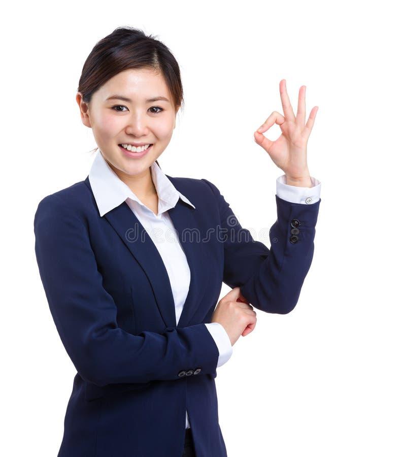 Download Mujer De Negocios Con La Muestra Aceptable Foto de archivo - Imagen de oficial, ocasional: 42440216