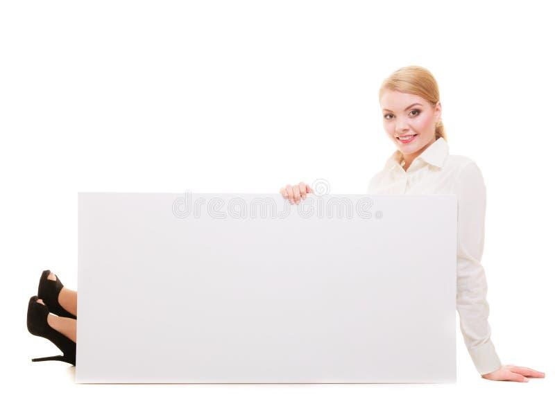 Mujer de negocios con la muestra de la bandera del tablero de la presentación en blanco fotografía de archivo libre de regalías