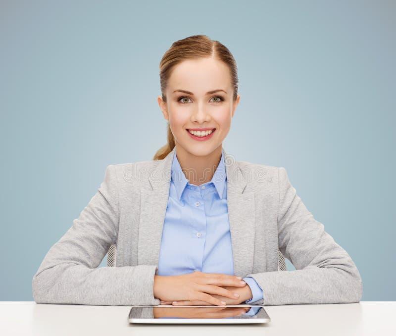 Mujer de negocios con la PC de la tableta que se sienta en la tabla fotos de archivo libres de regalías