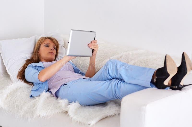 Mujer de negocios con la tableta del ordenador fotos de archivo