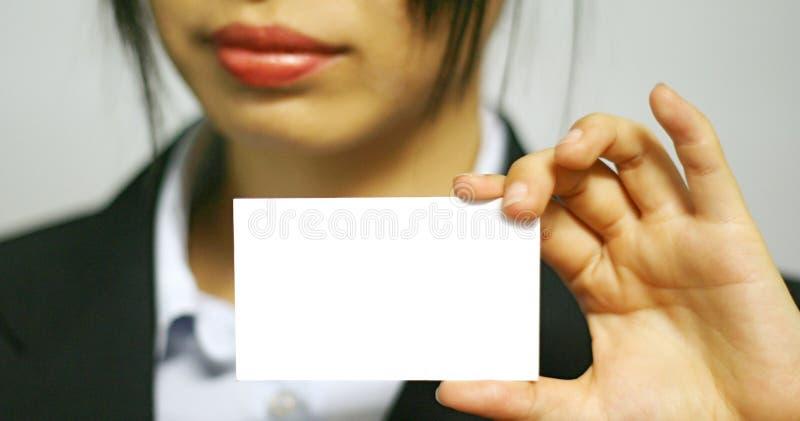 Mujer de negocios con la tarjeta conocida foto de archivo libre de regalías