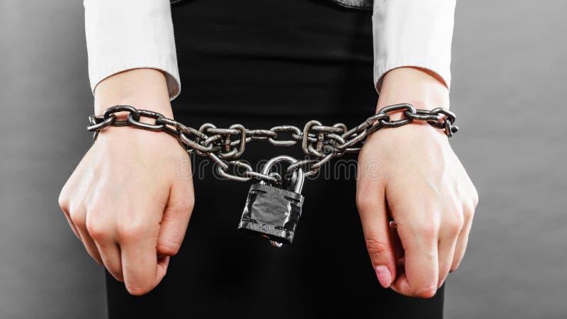 Mujer de negocios con las manos encadenadas fotos de archivo