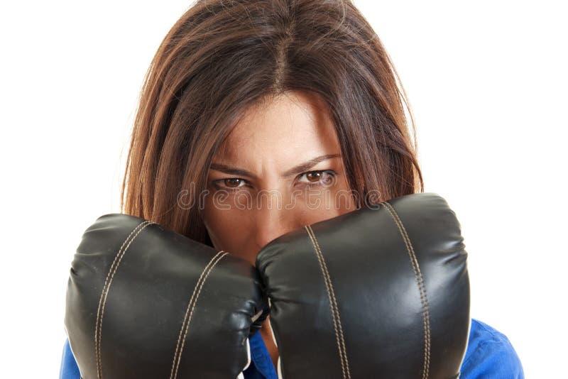 Mujer de negocios con los guantes de boxeo adentro sobre blanco foto de archivo libre de regalías