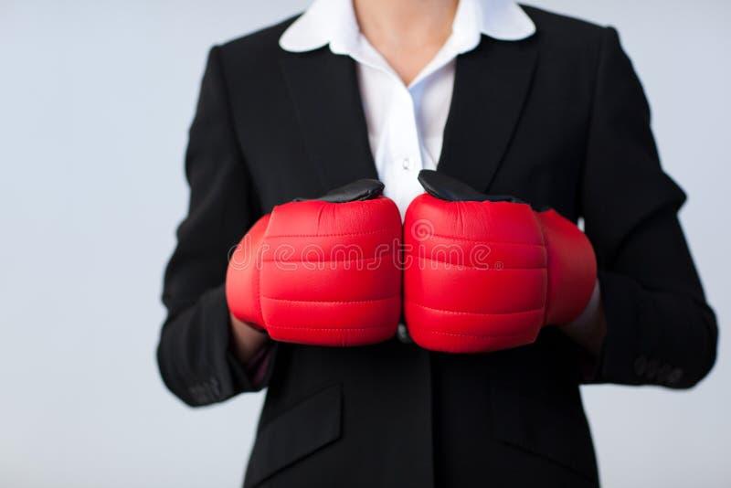 Mujer de negocios con los guantes de boxeo encendido fotos de archivo libres de regalías