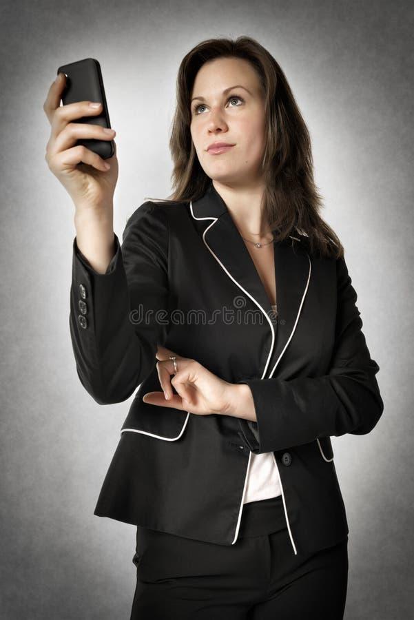 Mujer de negocios con smartphone imagen de archivo