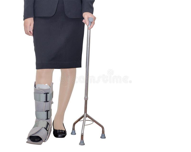 Mujer de negocios con un apoyo y un bastón de tobillo fotos de archivo libres de regalías