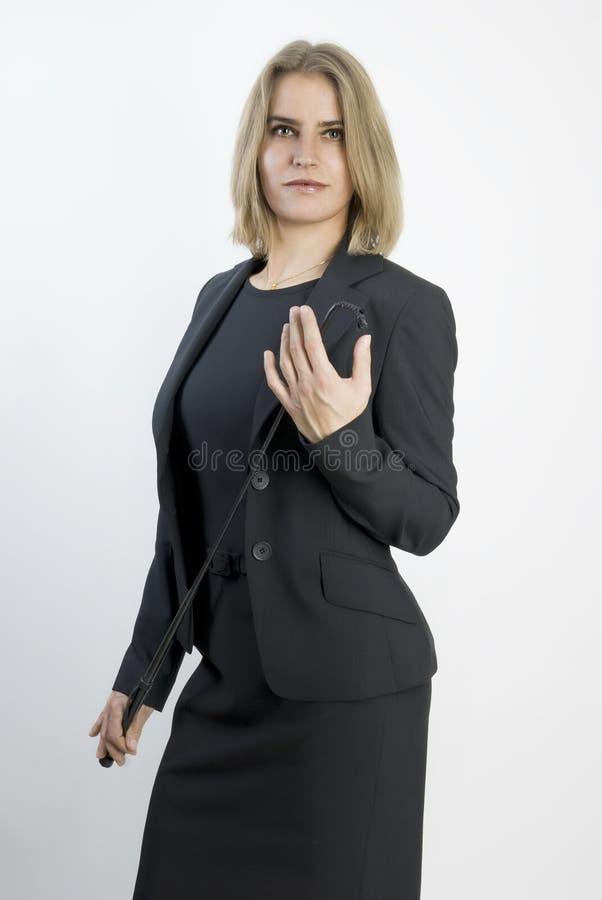 Mujer de negocios con un azote en sus manos. fotografía de archivo libre de regalías