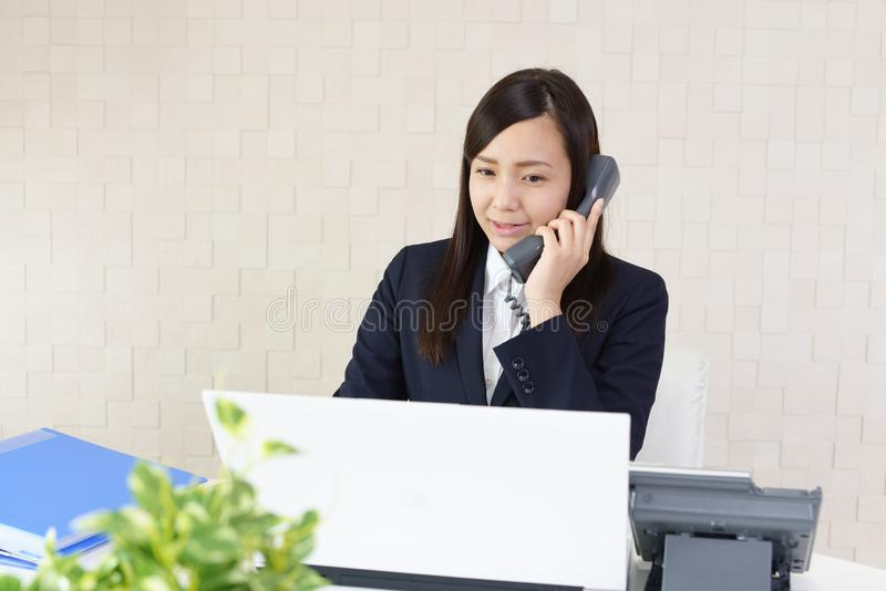 Mujer de negocios con un teléfono fotos de archivo
