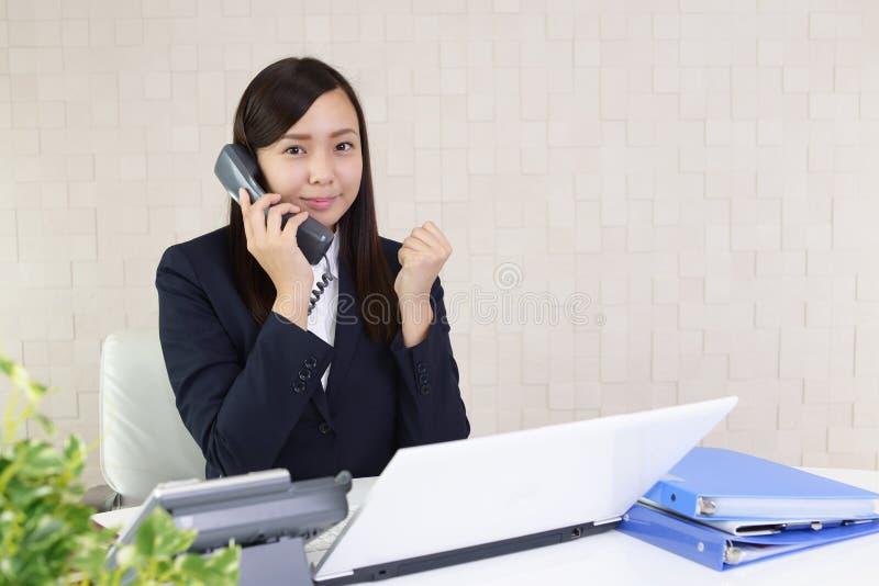 Mujer de negocios con un teléfono fotografía de archivo libre de regalías