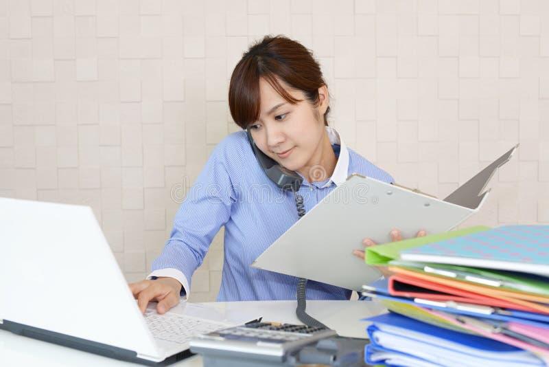Mujer de negocios con un tel?fono foto de archivo