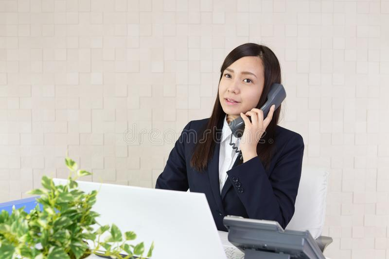 Mujer de negocios con un tel?fono imagen de archivo libre de regalías