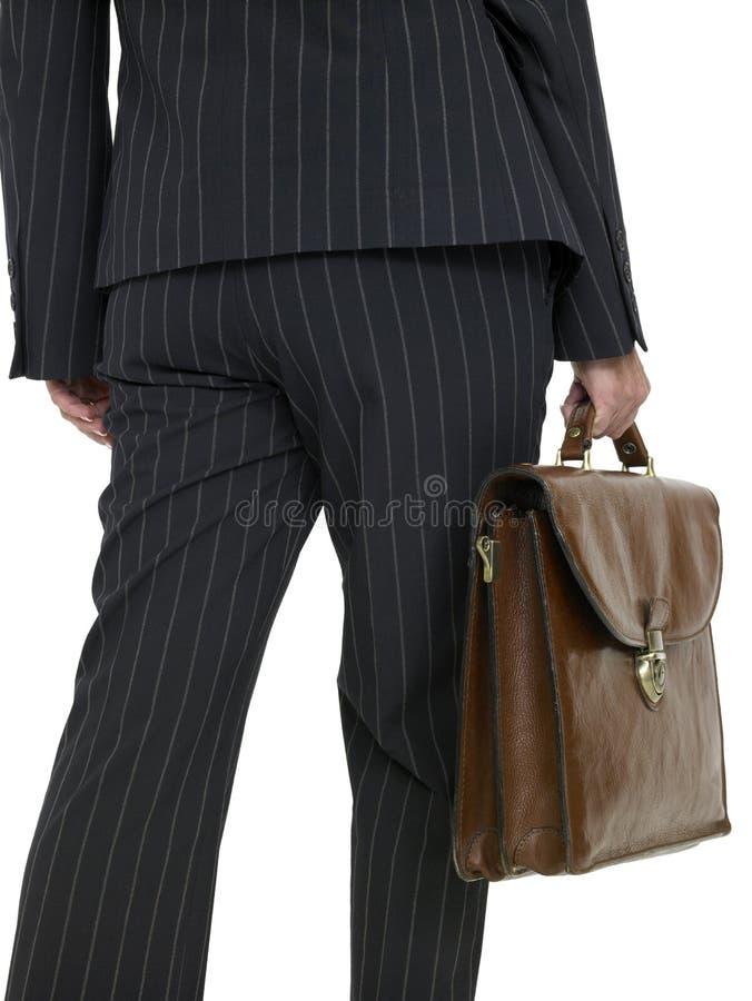 Mujer de negocios con una cartera, caminando, vista posterior foto de archivo libre de regalías