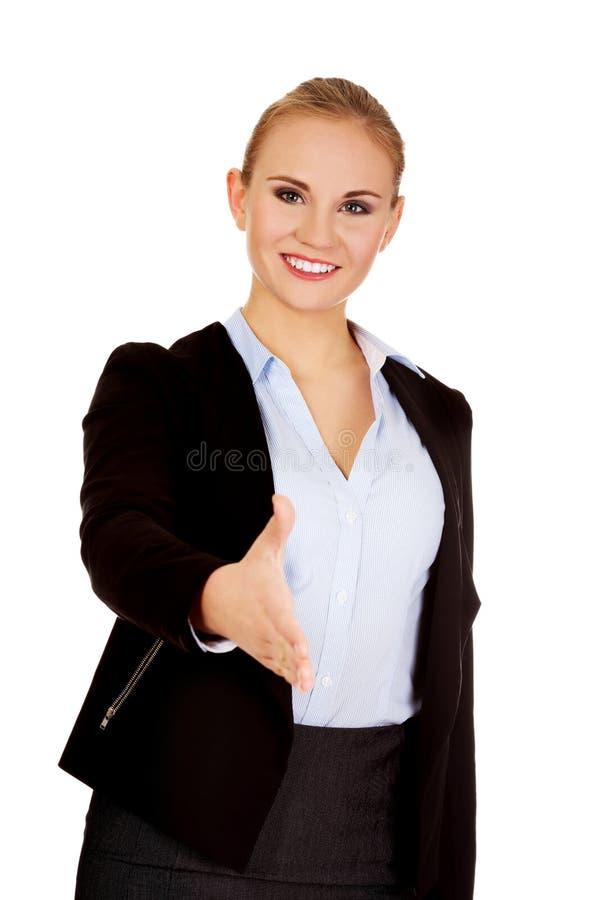 Mujer de negocios con una mano abierta lista para el apretón de manos foto de archivo libre de regalías