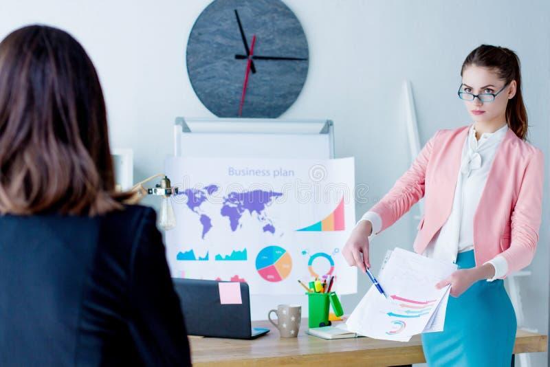 Mujer de negocios confiada en la reuni?n de negocios en la oficina fotografía de archivo libre de regalías
