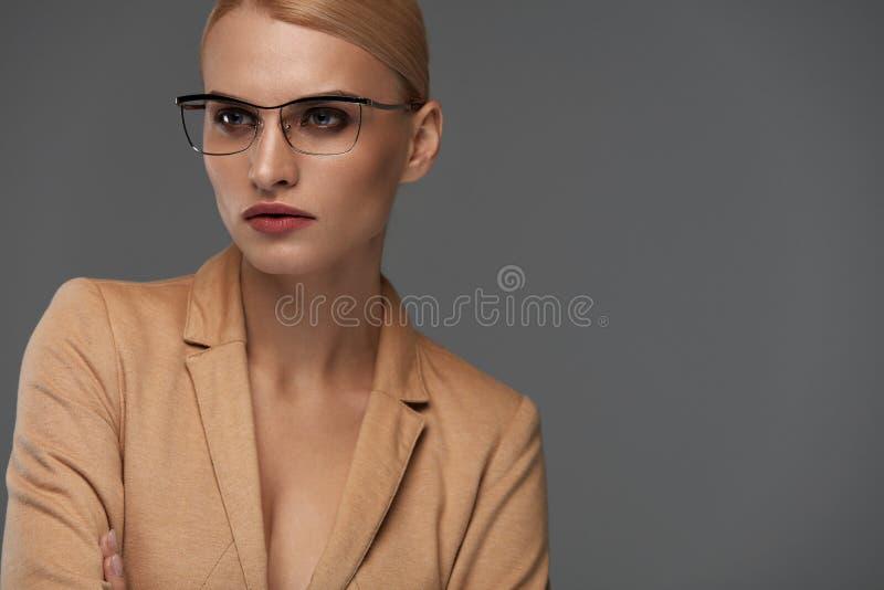 Mujer de negocios confiada hermosa en retrato de los vidrios de la moda fotografía de archivo