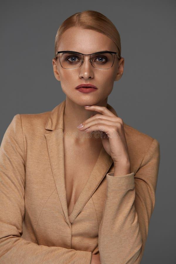 Mujer de negocios confiada hermosa en retrato de los vidrios de la moda foto de archivo libre de regalías