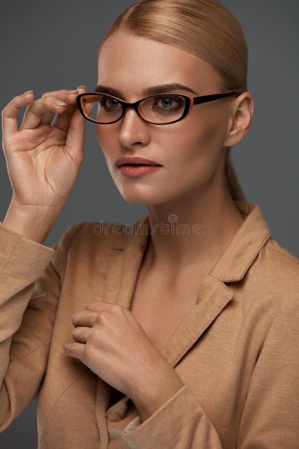 Mujer de negocios confiada hermosa en retrato de los vidrios de la moda fotos de archivo libres de regalías