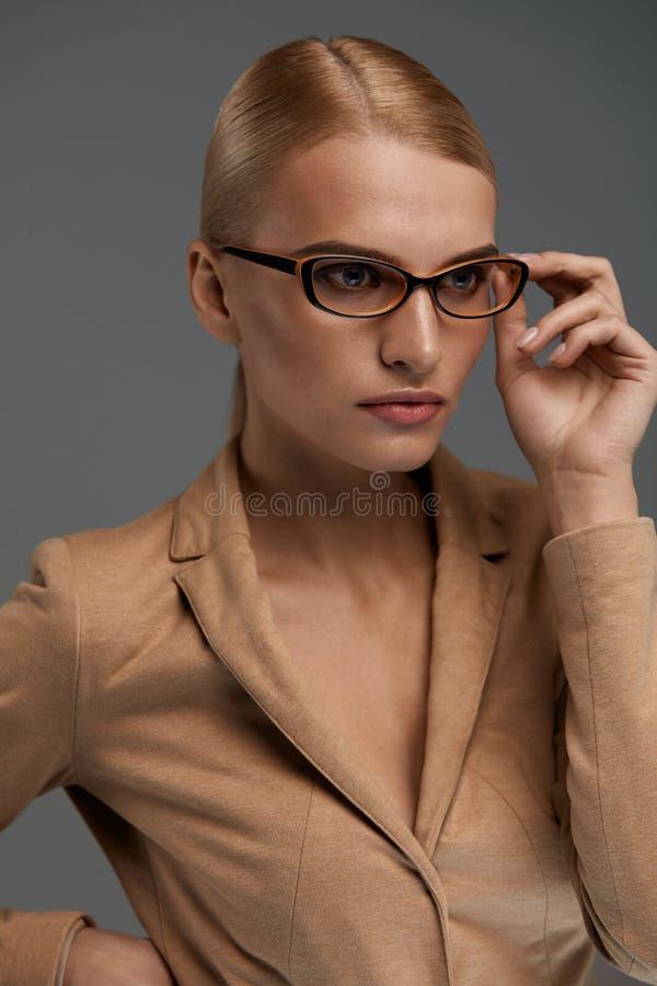 Mujer de negocios confiada hermosa en retrato de los vidrios de la moda imagenes de archivo