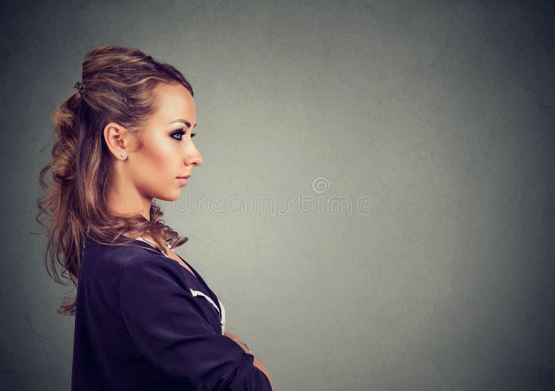 Mujer de negocios confiada que mira adelante imagen de archivo