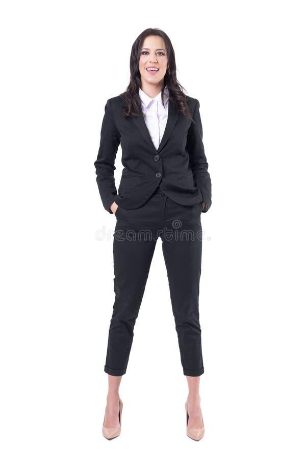 Mujer de negocios confiada relajada en traje que sonríe y que mira la cámara Diversa bola 3d foto de archivo