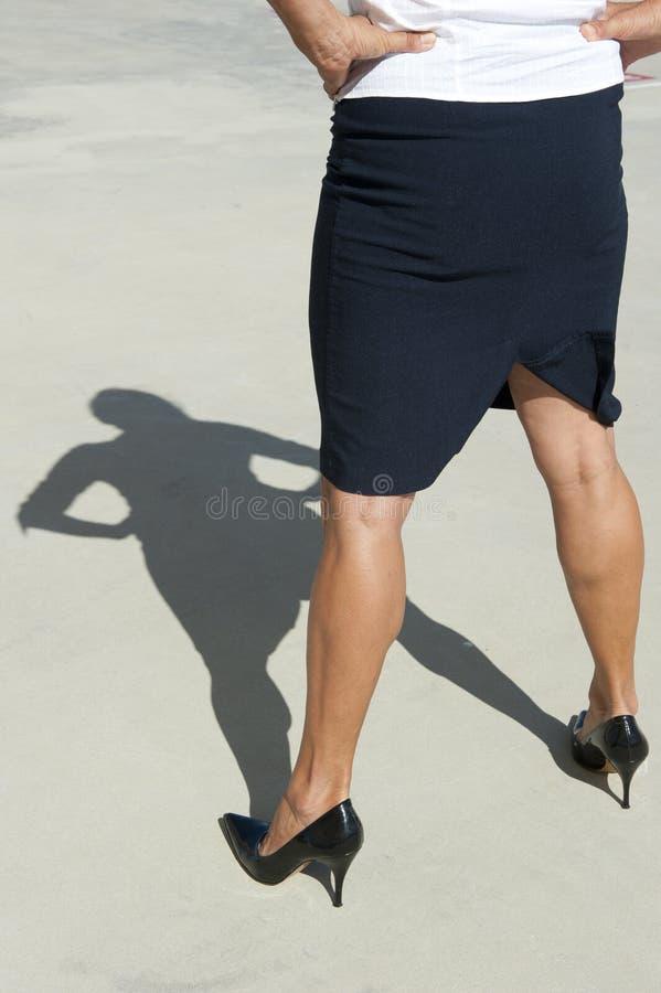 Mujer de negocios confidente en altos talones imágenes de archivo libres de regalías