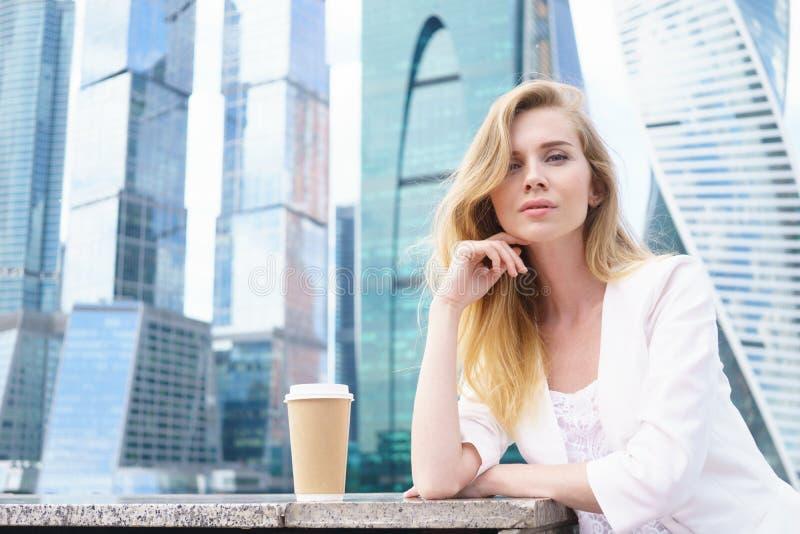 Mujer de negocios confidente joven fotos de archivo
