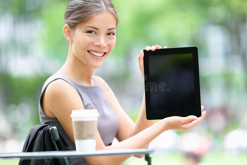 Mujer de negocios de la tablilla que muestra la pantalla de visualización foto de archivo libre de regalías