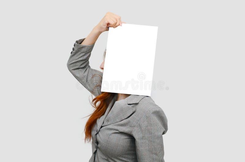 Mujer de negocios de la tensión con el tablero en blanco blanco fotos de archivo libres de regalías