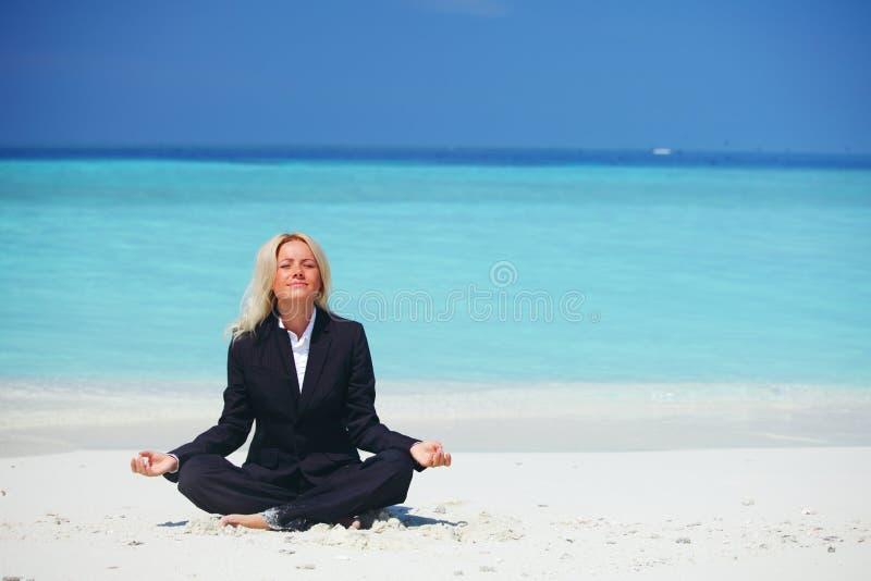 Mujer de negocios de la yoga fotografía de archivo libre de regalías