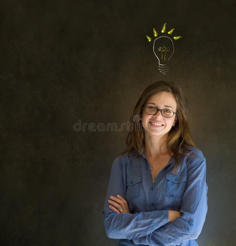 Mujer de negocios de pensamiento de la bombilla brillante de la idea imagenes de archivo